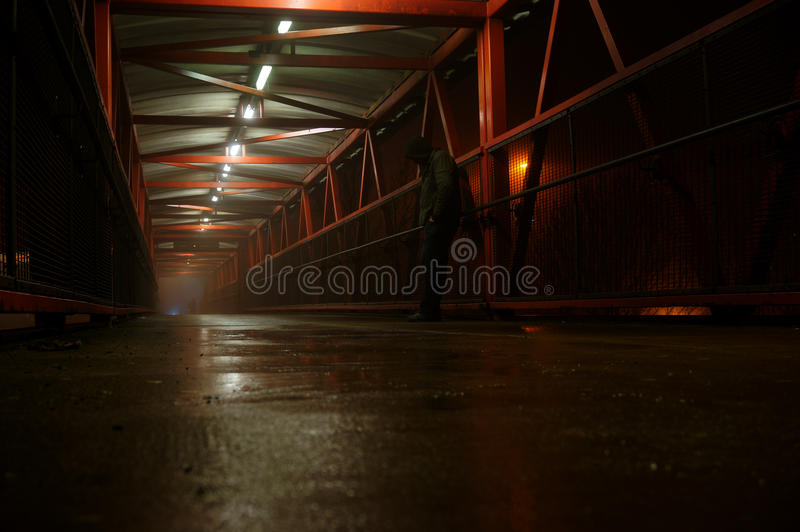 Mann auf Steg in Nebel A lizenzfreie stockfotos