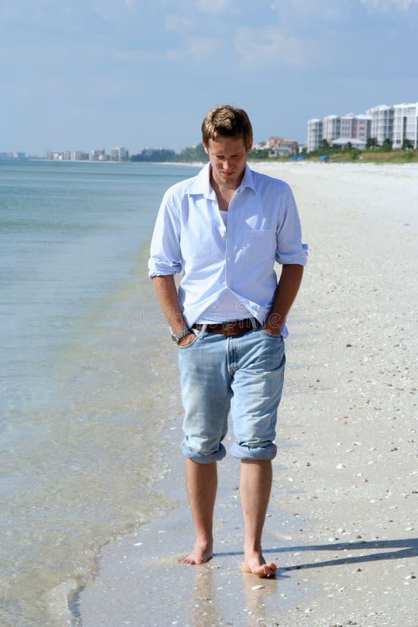 Mann auf Strand stockfoto