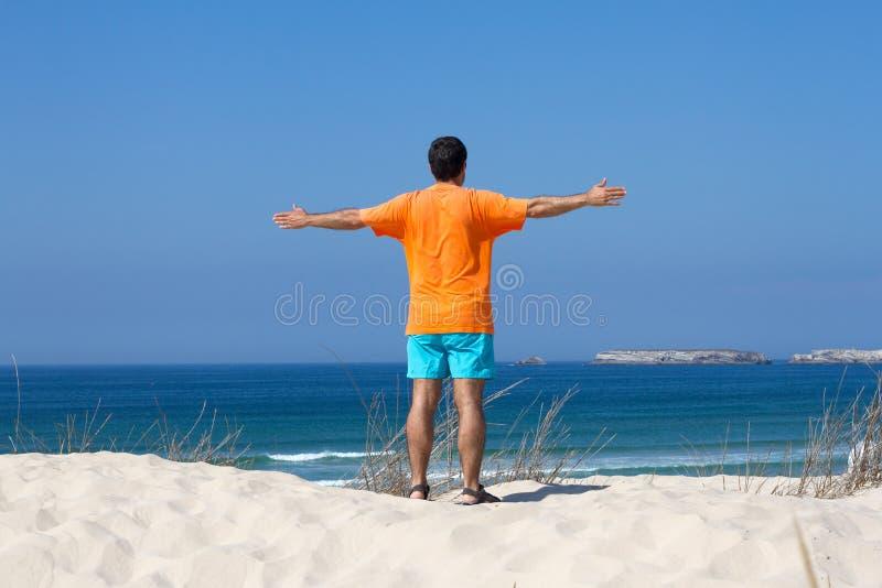 Mann auf Strand stockbild
