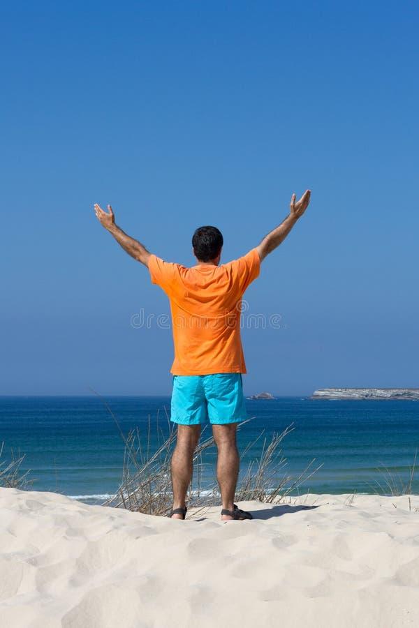 Mann auf Strand stockfotos