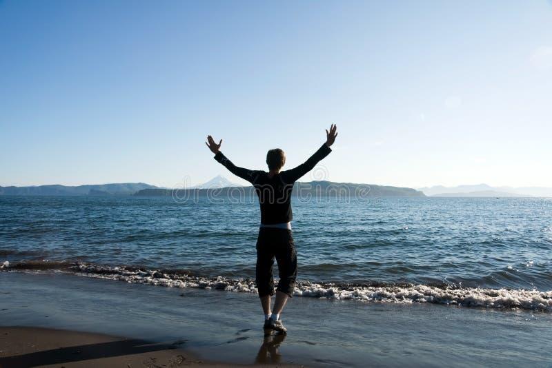 Mann auf Strand lizenzfreies stockbild