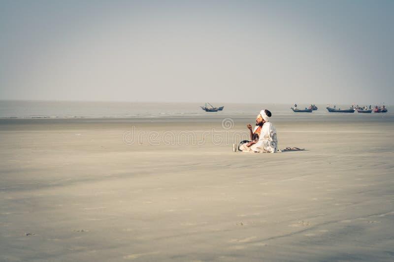 Mann auf Strand in Westbengalen lizenzfreie stockfotografie