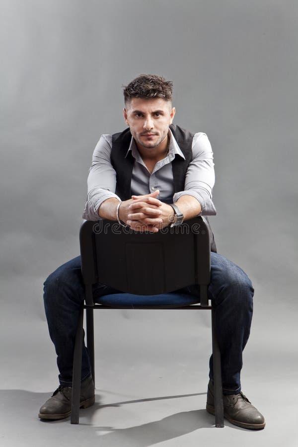 Mann auf Stuhl lizenzfreie stockfotografie