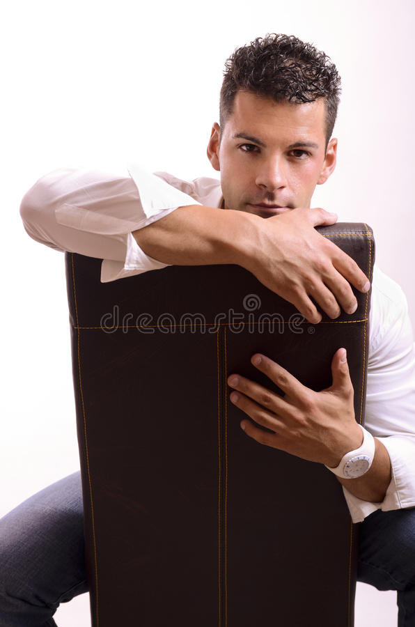 Mann auf Stuhl lizenzfreies stockbild
