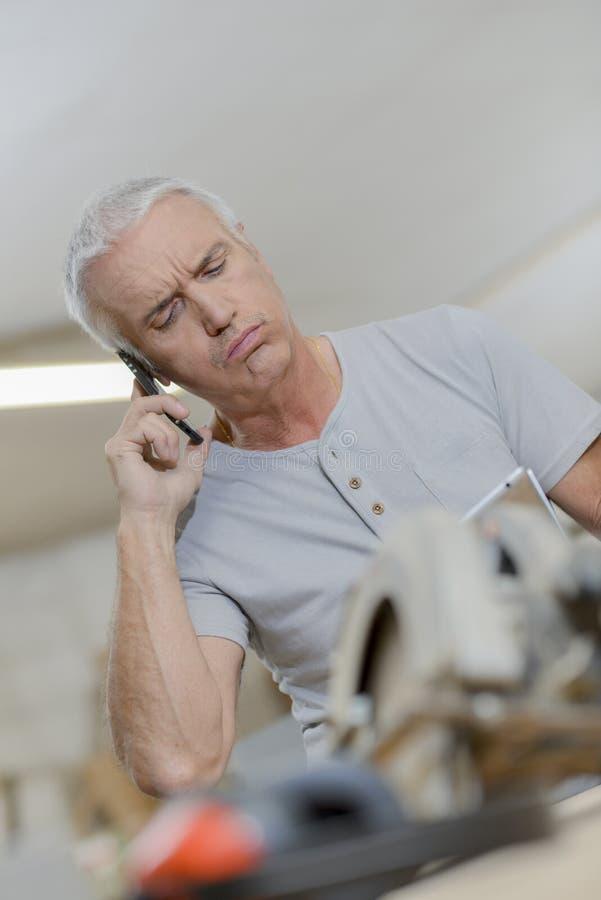 Mann auf Telefon gereiztem Ausdruck lizenzfreies stockfoto