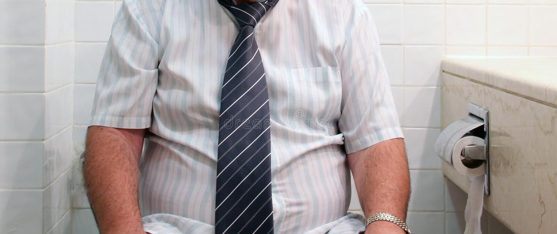 Mann auf Toilettensitz stockbilder