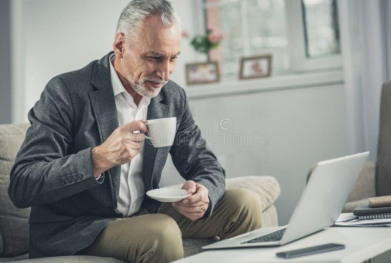 Mann auf trinkendem Morgenkaffee der Geschäftsreise lizenzfreie stockfotografie
