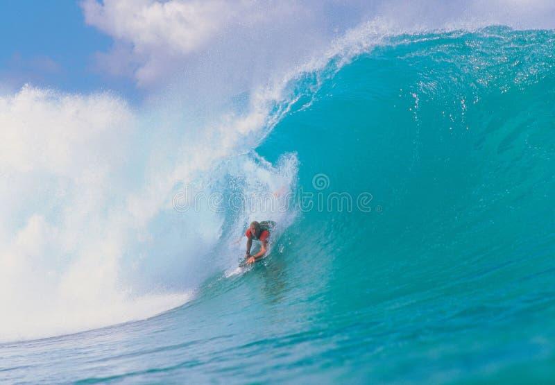 Mann auf Wellen lizenzfreies stockfoto