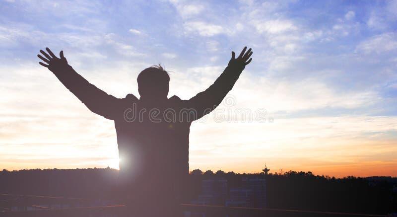 Mann-Aufstiegshände der Schattenbildfreiheit spornen bescheidene oben guten Morgen an stockfotografie