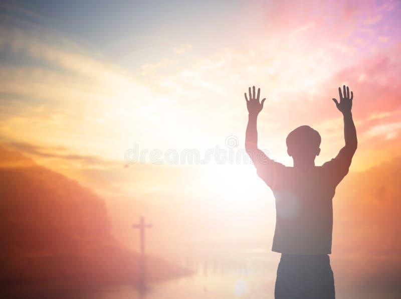 Mann-Aufstiegshände der Schattenbildfreiheit spornen bescheidene oben guten Morgen an Christlicher Anbetungslob Gott im Danksagun stockbild