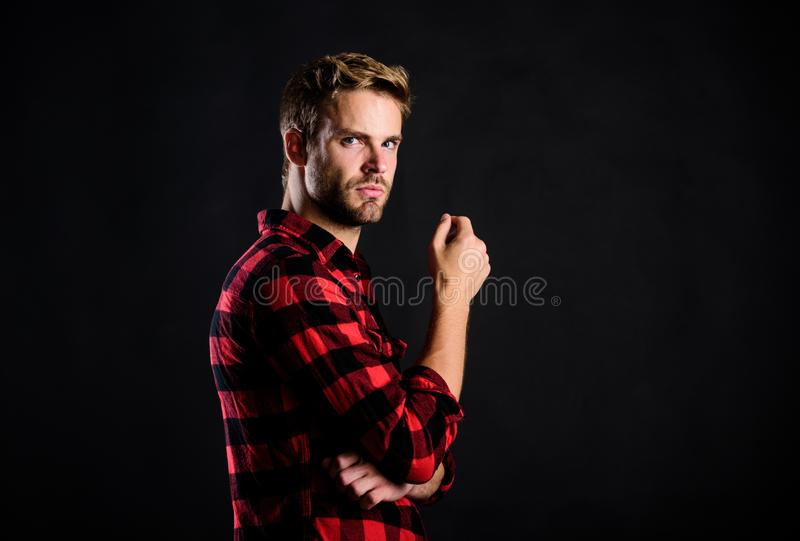 Mann aus dem Westen nach dem Friseursalon Charisma Westernporträt Retromännliche Mode Vintage-Stil männlich geprügelt stockfoto