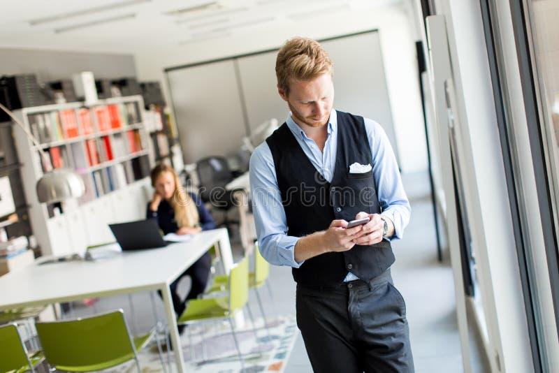 Download Mann Avec Le Téléphone Portable Dans Le Bureau Image stock - Image du travail, technologie: 77150319