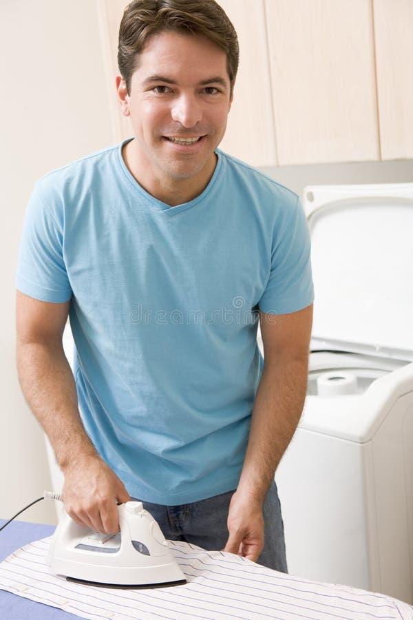 Mann-bügelndes Hemd lizenzfreies stockfoto