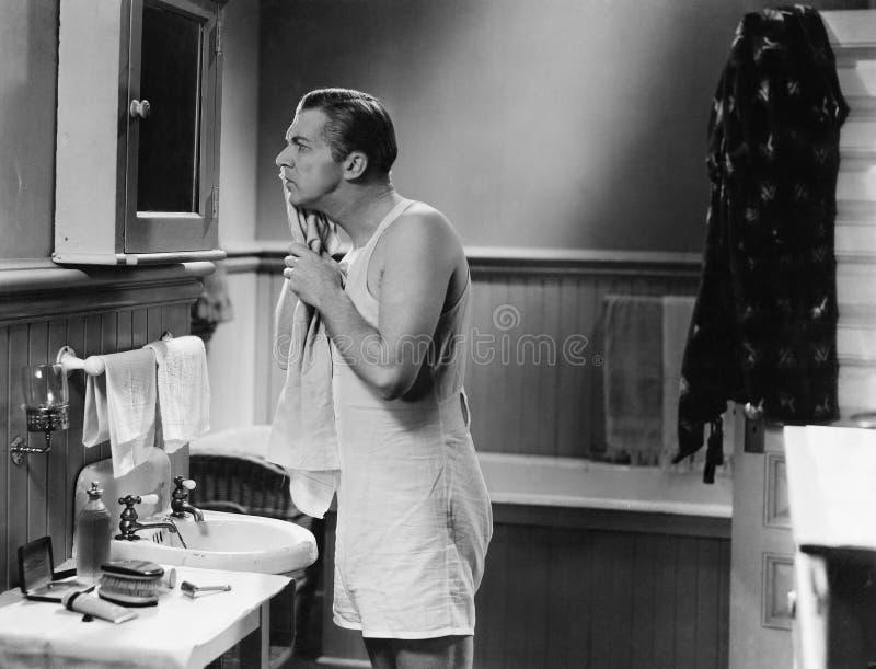 Mann am Badezimmerspiegel (alle dargestellten Personen sind nicht längeres lebendes und kein Zustand existiert Lieferantengaranti stockbild