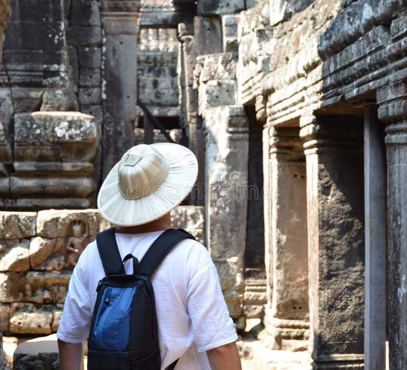 Mann in bayon Tempel Kambodscha lizenzfreie stockbilder
