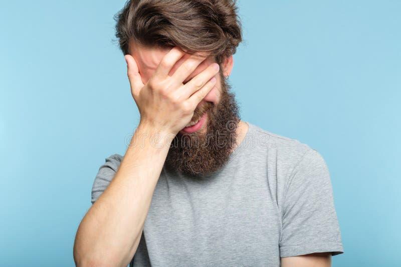 Mann-Bedeckungsgesicht Facepalm beschämtes verlegenes lizenzfreies stockfoto