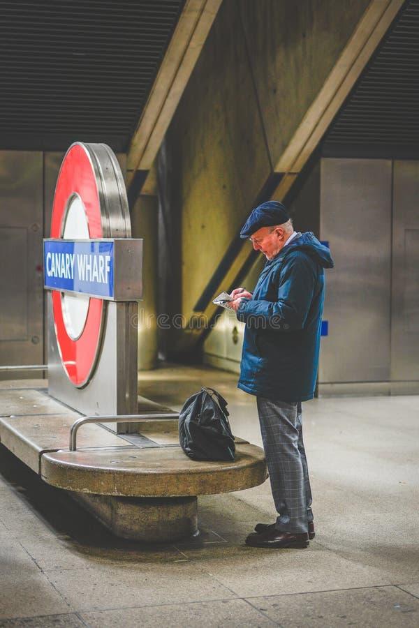 Mann bei Canary Wharf, Station, London, Großbritannien stockbilder