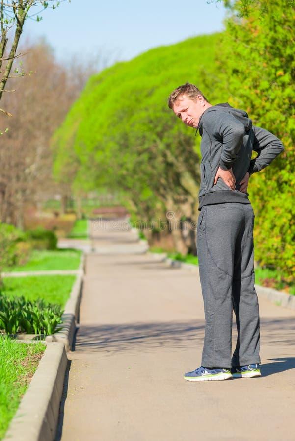 Mann, beim Rütteln Rückenschmerzen angefangen haben lizenzfreie stockbilder