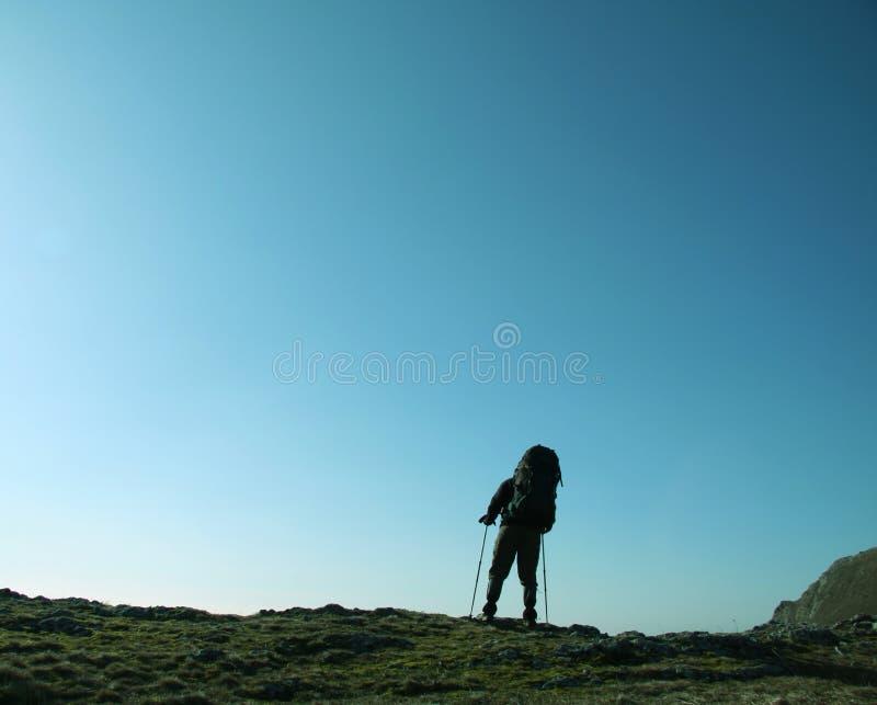 Mann beim Wandern lizenzfreie stockbilder
