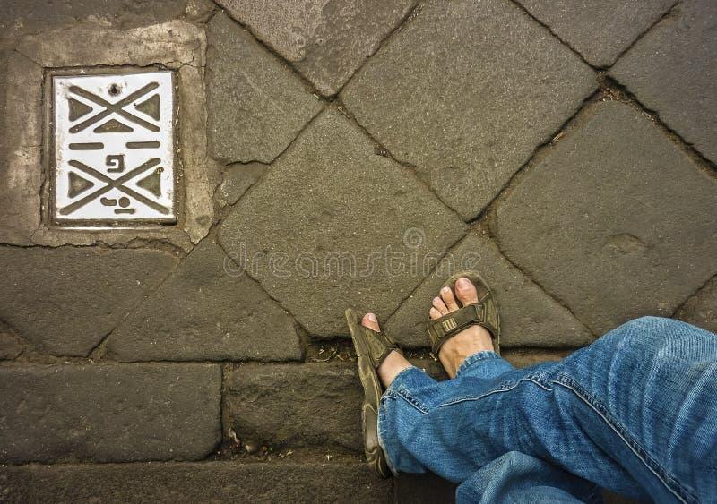 Mann-Beine mit Jeans in der Straße lizenzfreie stockfotos