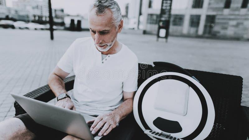 Mann benutzt eine Laptop-Computer stockfotografie