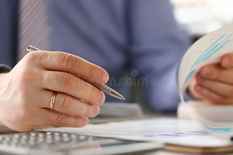 Mann berechnen Finanzbudget-Fülle-Zahlen in der Form stockfoto