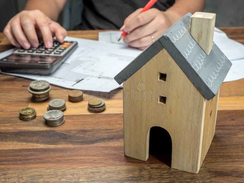 Mann berechnen Finanzprobleme mit Hauptschuld und Rechnungen, Geldkonzept, Immobilien, kaufen eine Wohnung stockfoto