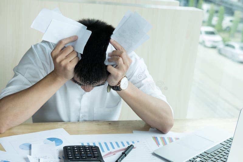 Mann berechnen Inlandswechsel zu Hause Geschäftsmann unter Verwendung des calculat lizenzfreies stockfoto