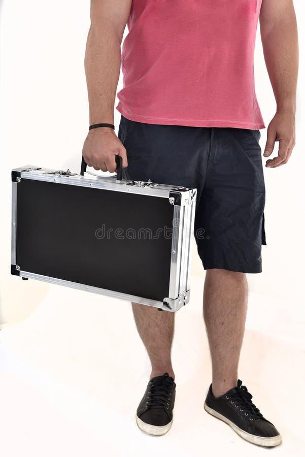 Mann in Bermuda, das schwarzen Aktenkoffer auf weißem Hintergrund trägt lizenzfreies stockfoto