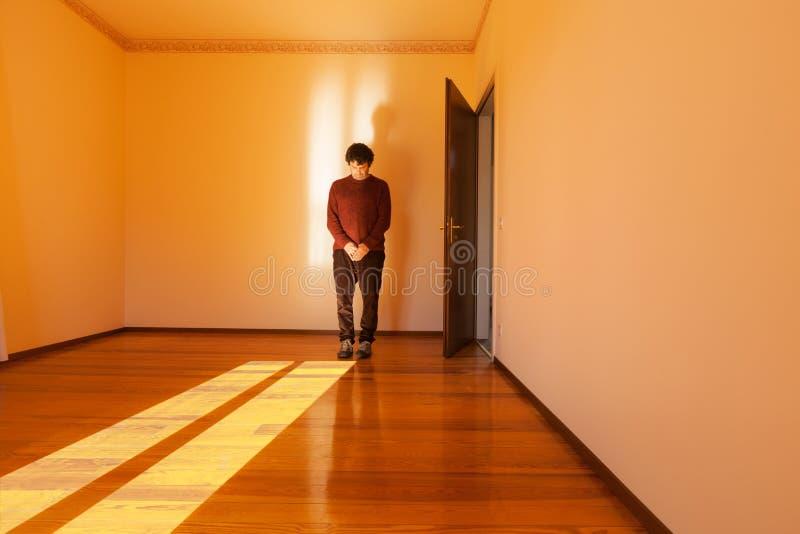 Mann betet im vorderen leeren Raum lizenzfreie stockbilder
