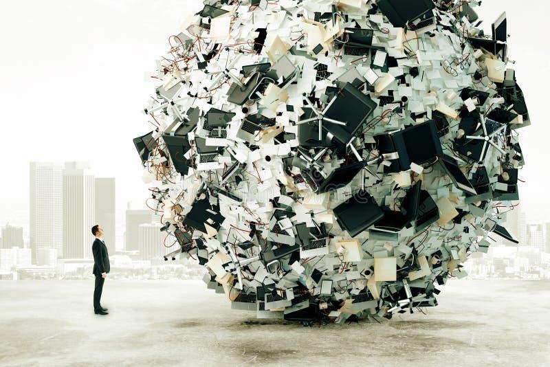 Mann betrachtet die große Last der Büroarbeit stockbild