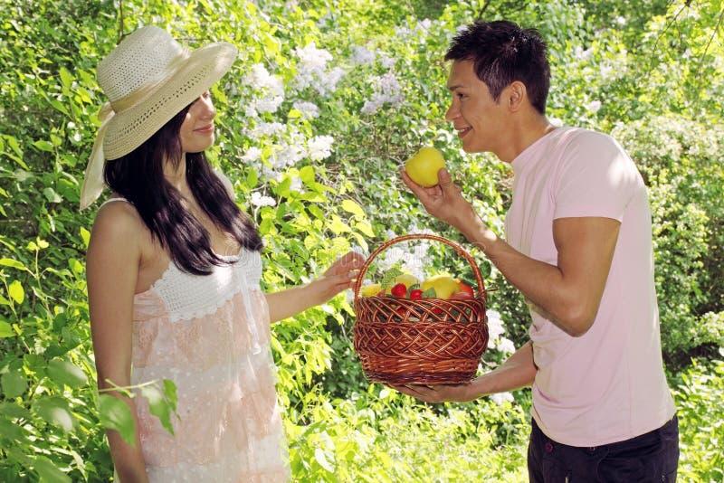 Mann bietet Apfel an stockfotografie