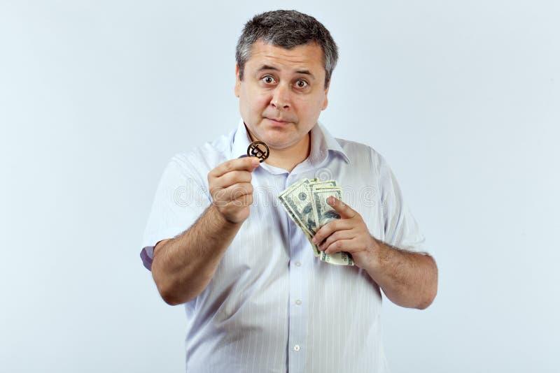 Mann bietet bitcoin anstelle der Dollar an stockbild
