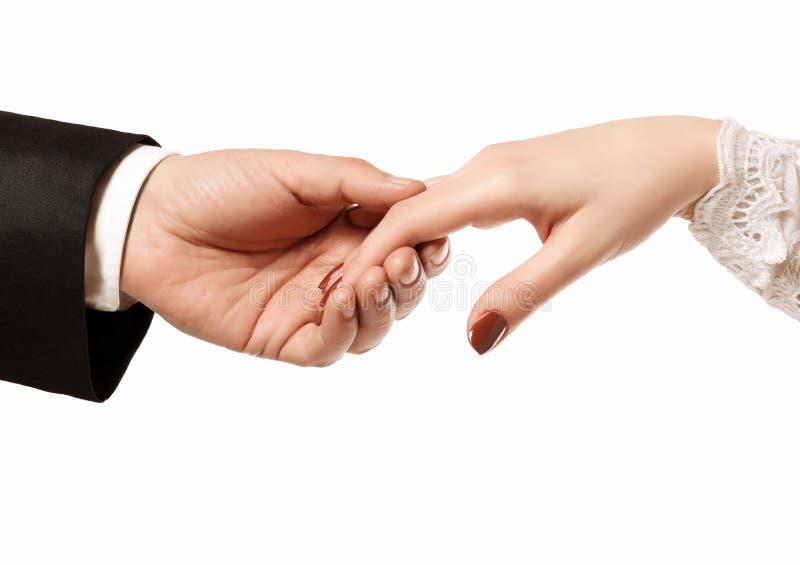 Mann bietet die Hand einer Frau an stockfoto