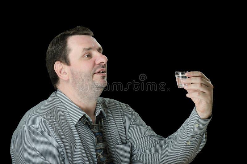 Mann bietet einen Toast mit Wodka an lizenzfreies stockbild