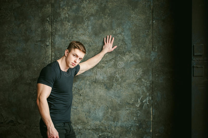 Mann-Bodybuilderathlet des Studioporträts junger sexy stockbild
