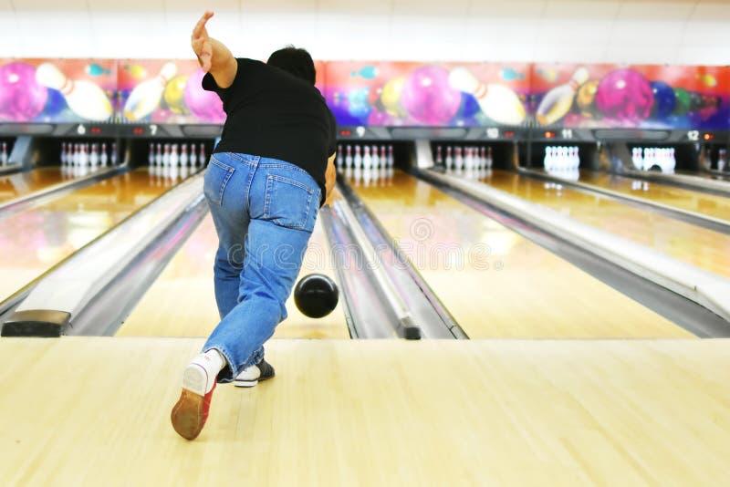 Mann-Bowlingspiel lizenzfreies stockbild