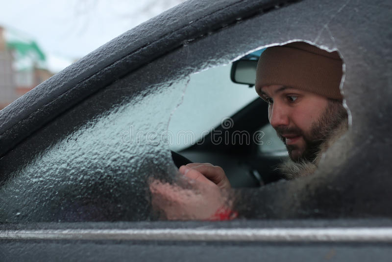 Mann brach das Glas des Autos ein kleiner Stein lizenzfreie stockfotos