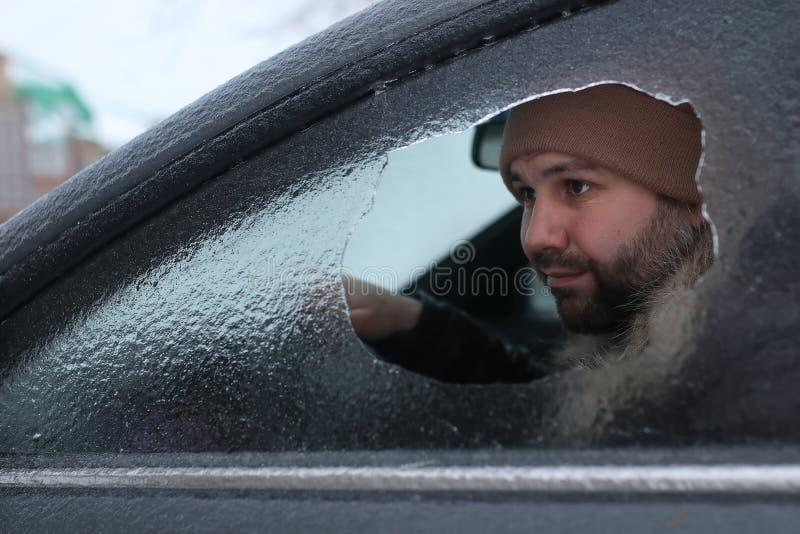 Mann brach das Glas des Autos ein kleiner Stein stockfotografie