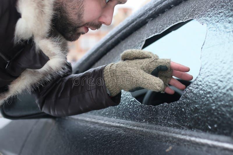 Mann brach das Glas des Autos ein kleiner Stein lizenzfreies stockfoto