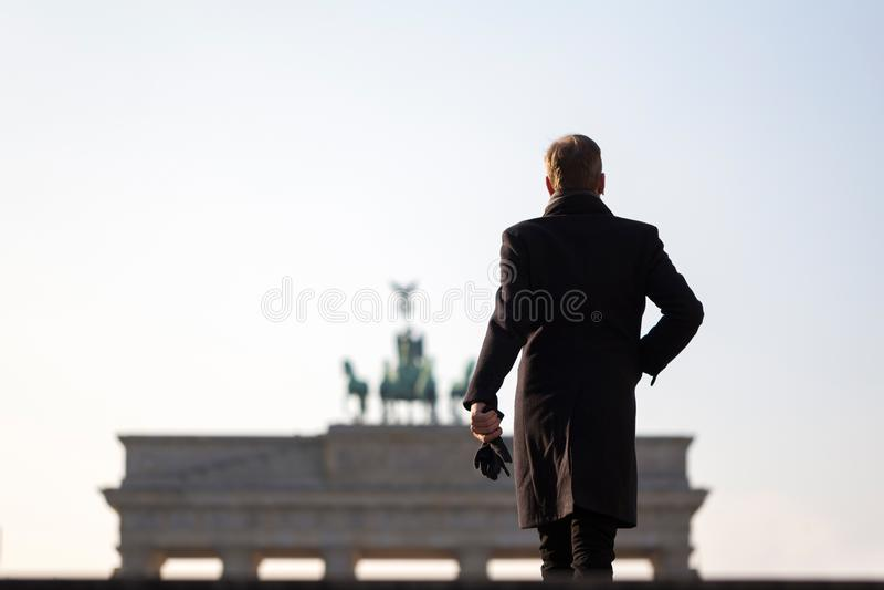 Mann an Brandenburger Tor Berlin Deutschland lizenzfreie stockfotografie