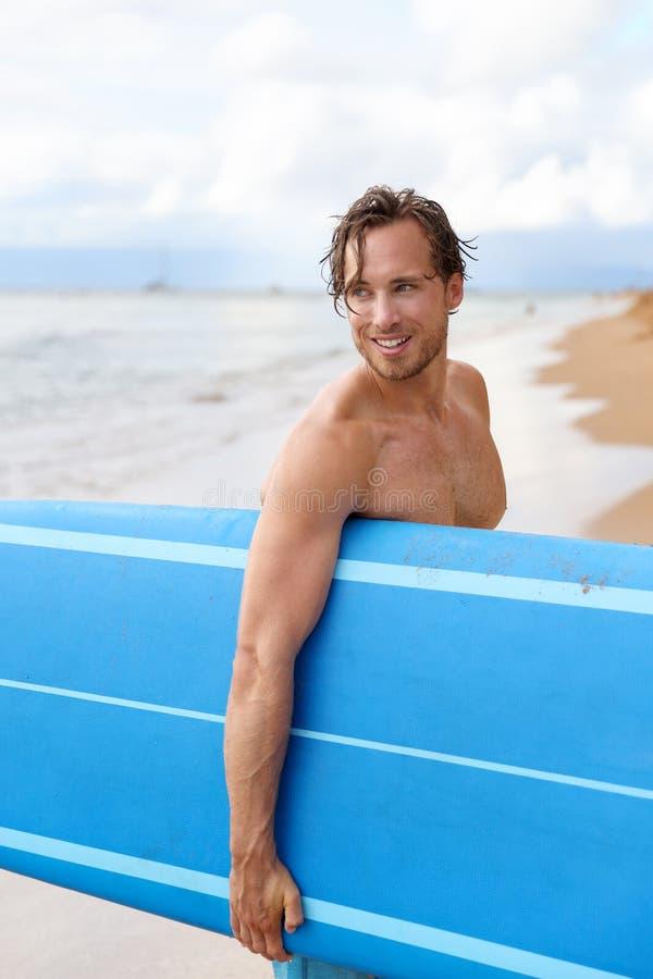 Mann-Brandungsbrettsurfbrett des sexy Surfers surfendes stockbilder