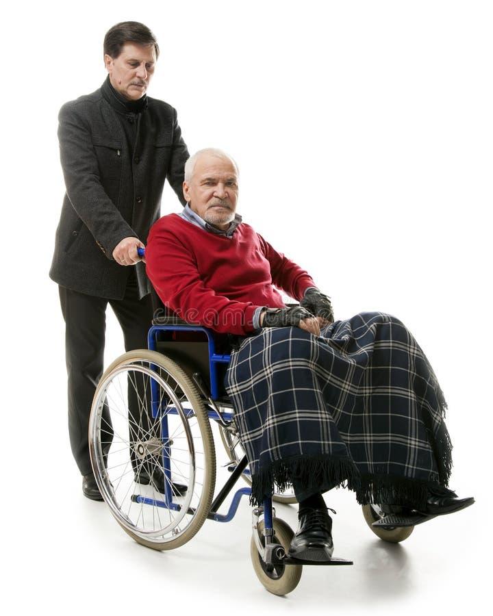 Mann dans le fauteuil roulant photos stock