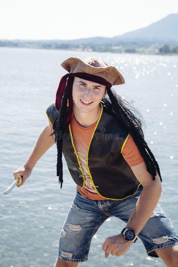 Mann in dem Meer gekleidet als Pirat lizenzfreie stockbilder