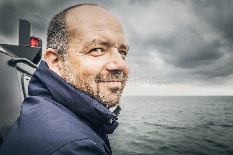 Mann in dem schlechten Meer stockfoto