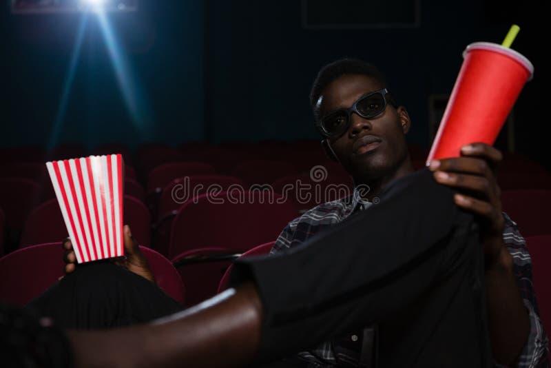 Mann in den Gläsern 3d Film aufpassend lizenzfreies stockfoto
