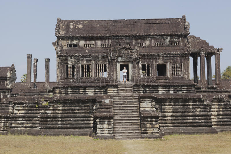 Mann an den Ruinen von Angkor Wat stockfotografie