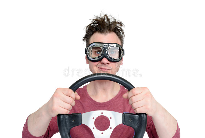Mann in den stilvollen Schutzbrillen mit dem Lenkrad lokalisiert auf weißem Hintergrund, Autofahrerkonzept stockfotografie