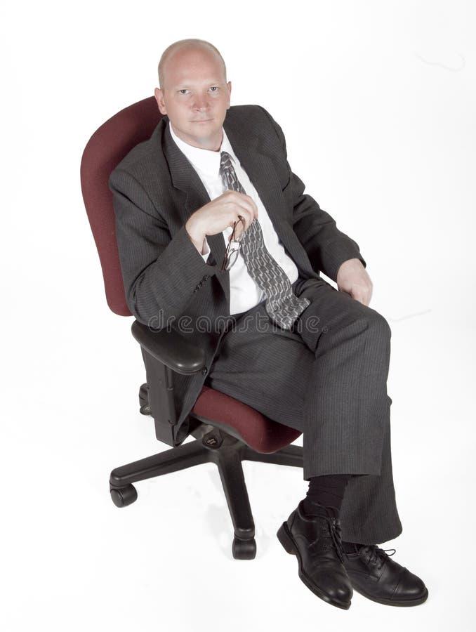 Mann in den Stuhl-Holding-Gläsern stockbilder