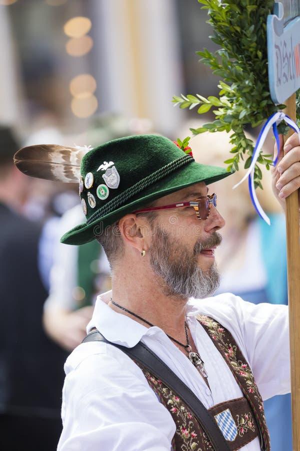 2018: Mann in den typischen bayerischen ledernen Hosen, die an dem Schwulenparade-alias Christopher Street Day CSD in München, G  stockfotos